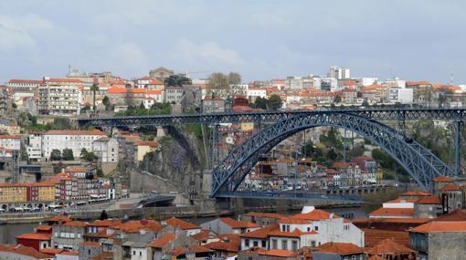 Oporto, cruzada por el Duero y por el Puenet D. Luís I