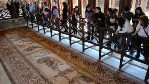 Uno de los mosaicos de la Casa de Dionisos en Pafos, que representa a Icario dando vino a sus pastores