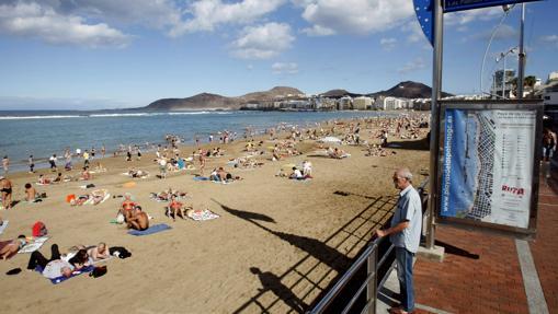 Cientos de bañistas toman el sol en la playa de Las Canteras, en Las Palmas de Gran Canaria
