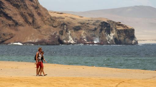 Dos turistas caminan por la playa denominada «Lagunillas» dentro de la Reserva de Paracas, a 260 kilómetros al sur de Lima (Perú)