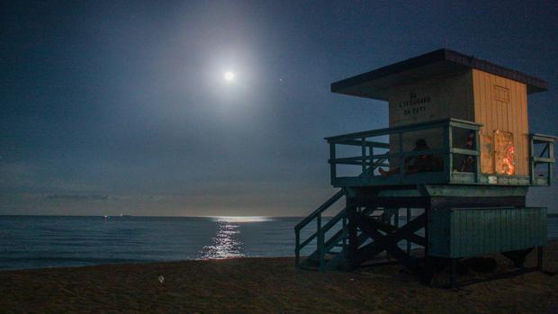 El brillo de la luna llena se refleja en las aguas frente a Miami Beach