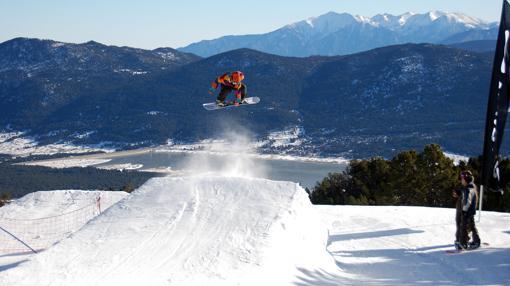 Snowboard con vistas a las cumbres de los Pirineos