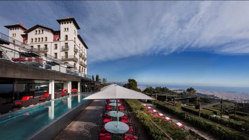La piscina, con fabulosas vistas sobre la ciudad, es una de las estrellas del hotel