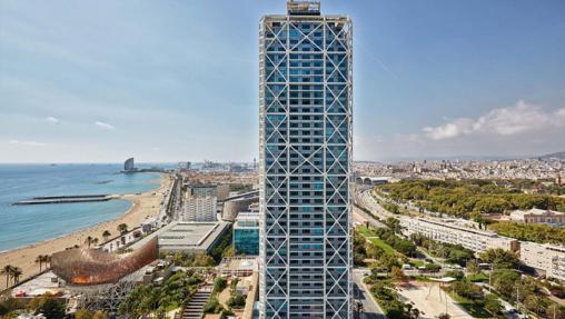 La torre del hotel Arts, a pocos metros de la playa
