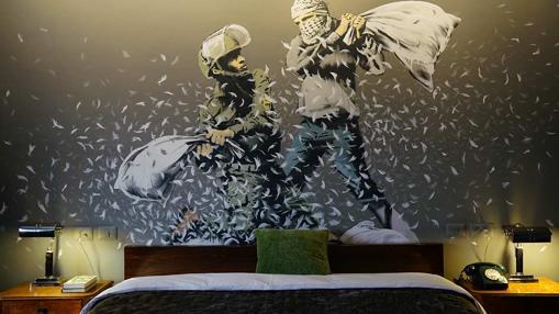 Un miral de Banksy en una de las habitaciones del hotel
