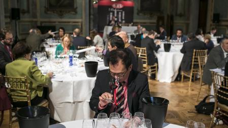 Un total de 80 catadores de prestigio nacional e internacional han participado como jurado en una jornada de cata a ciegas del Concurso Internacional de Vinos Bacchus en el Casino de Madrid