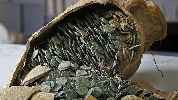 Una de la sánforas con monedas del Tesoro de Tomares