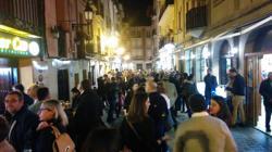 Ambiente de tapeo una noche de viernes en la calle Laurel, Logroño