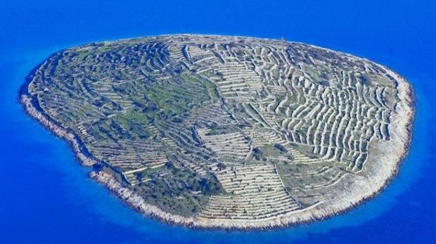 Baljenac, la isla deshabitada de los muros de piedra