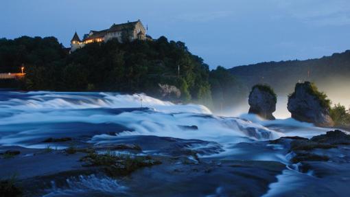 El impresionante salto de agua de esta zona del alto Rhin
