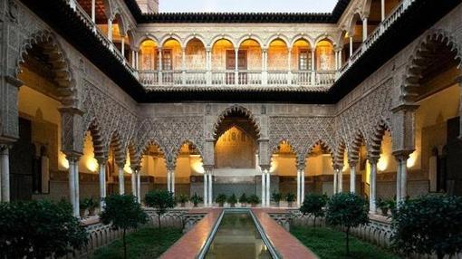 El Real Alcázar de Sevilla se llena de magia por la noche