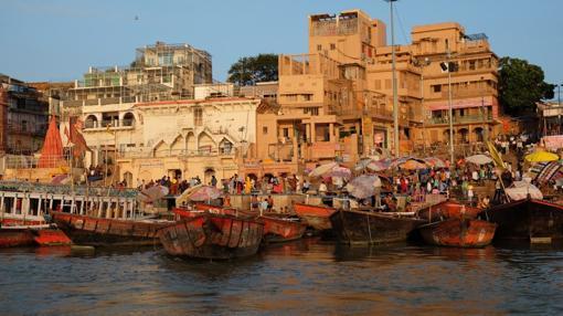 La vida bulle alrededor del río en la India