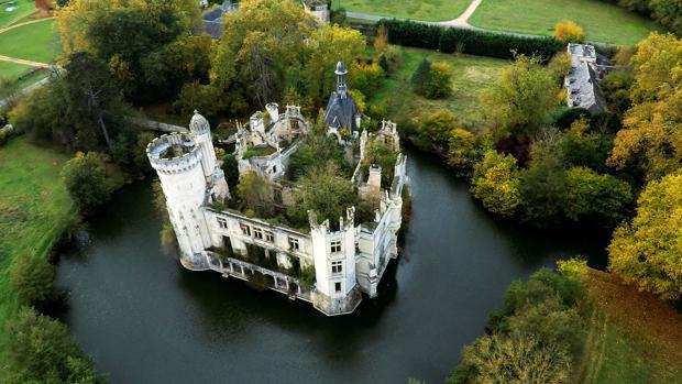 Fotografía del castillo de la Mothe-Chandeniers, una joya de la arquitectura romántica decimonónica, testigo de una historia nacida en el siglo XIII, situado en el centro de un lago artificial en la ribera del Loira francés
