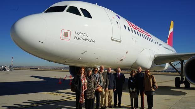 Iberia ha bautizado uno de sus Airbus A319 con el nombre de Horacio Echevarrieta, fundador y primer presidente de Iberia, compañía que acaba de celebrar el 90 aniversario de su primer vuelo. En la foto, puede verse a varios de sus nietos y dos de sus biznietos junto al presidente de Iberia, Luis Gallego