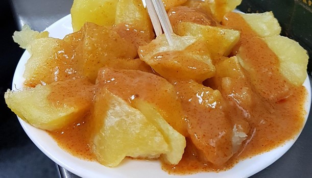 Qué salsa llevan las patatas bravas genuinas y cuál es una aberración