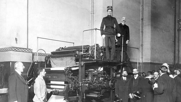 Alfonso XIII, en las rotativas de ABC, en 1908