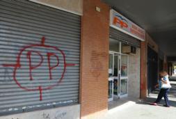 Aparecen pintadas con la frase «Zoido al paredón» en la sede del PP en Sevilla Este